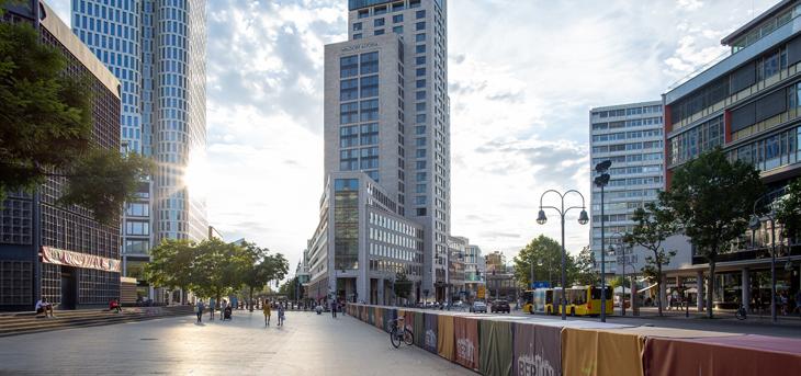Widok z chodnika na biurowce i siedziby firm w Niemczech oraz centrum handlowe Bikini Berlin, przy Budapester Straße w Belinie